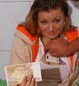 Geil sletje laat haar kutje neuken voor geld